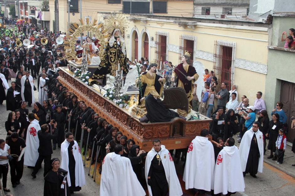 Del Templo de la Recolección sale la Consagrada Imagen de María Santísima de la Soledad, Reina de la Humanidad. (Foto: Raúl Illescas/Soy502)