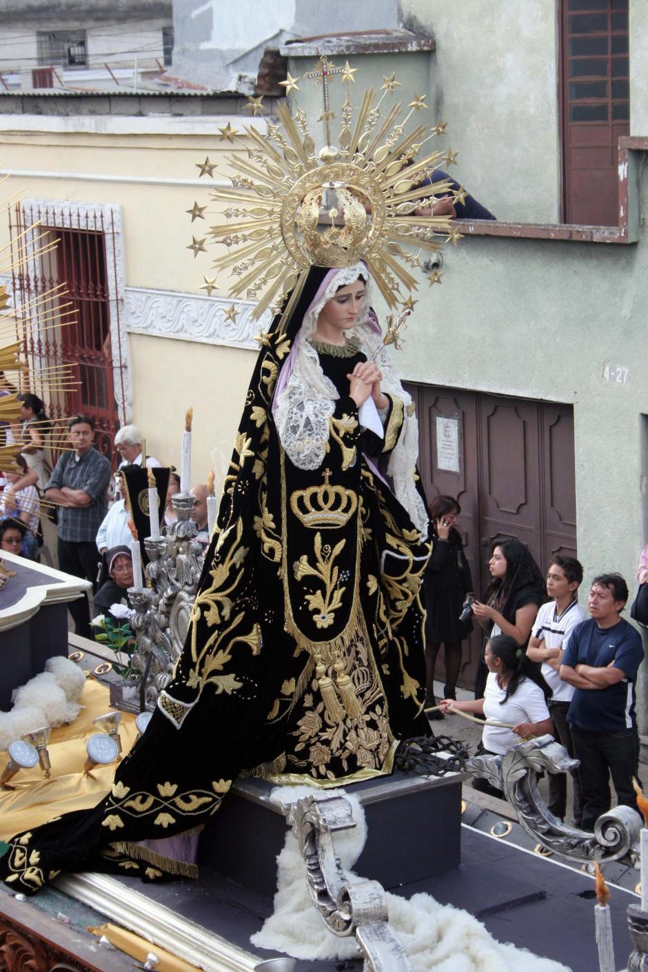 El último aliento de una Semana Santa guatemalteca que agoniza, es la procesión de Pésame o de Soledad de la imagen de la Virgen de la Soledad. (Foto: Raúl Illescas/Soy502)
