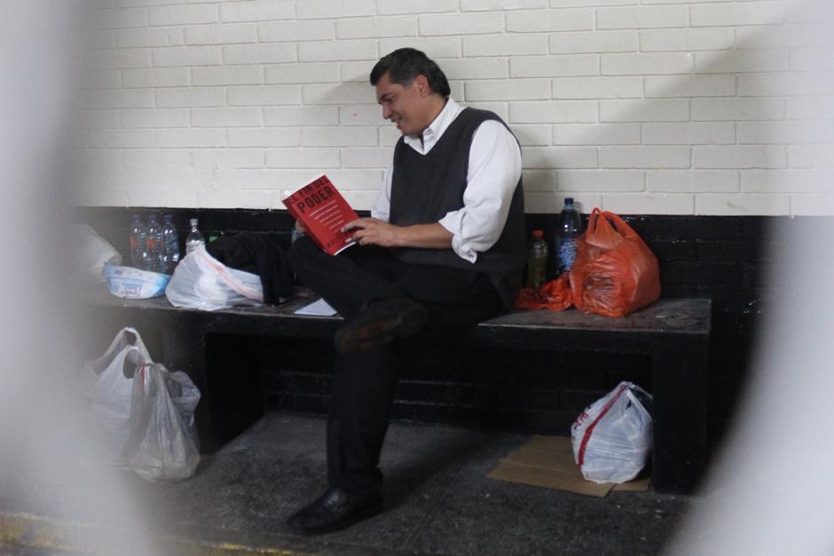"""El libro que le llevaron para leer puede verse como una ironía, se llama """"El fin del Poder"""". (Foto: Alejandro Balán/Soy502)"""