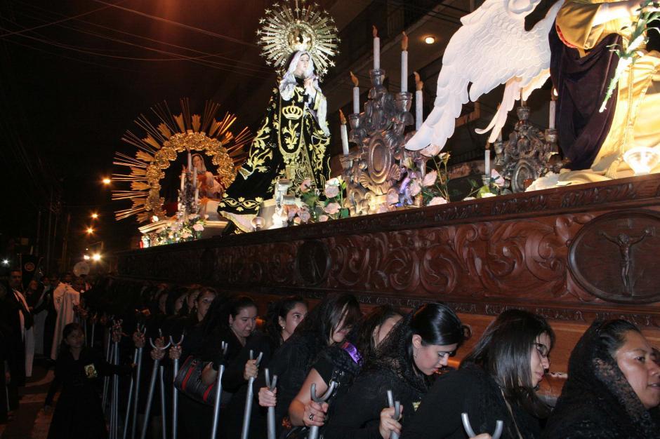 """El cortejo dura aproximadamente 3 horas en las que devotas cargadoras le hacen """"compañía"""" a María en su soledad rezando rosarios y elevando plegarias al cielo. (Foto: Raúl Illescas/Soy502)"""