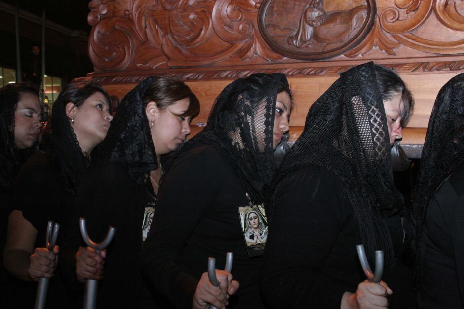 Estas procesiones de pésame se caracterizan porque solo sale la imagen de la Virgen de la Soledad. (Foto: Raúl Illescas/Soy502)