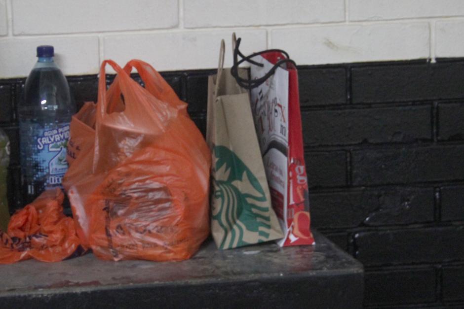 Entre las bolsas que le han llevado a la carceleta destaca café de Starbucks y una de la librería Sophos en la que le llevaron libros. (Foto: Alejandro Balán/Soy502)