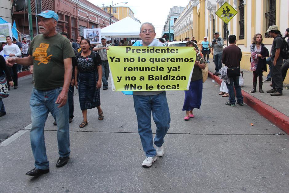 A pesar de enfocarse en el Congreso, los manifestantes no olvidaron sus consignas contra el Presidente. (Foto: Alejandro Balán/Soy502)