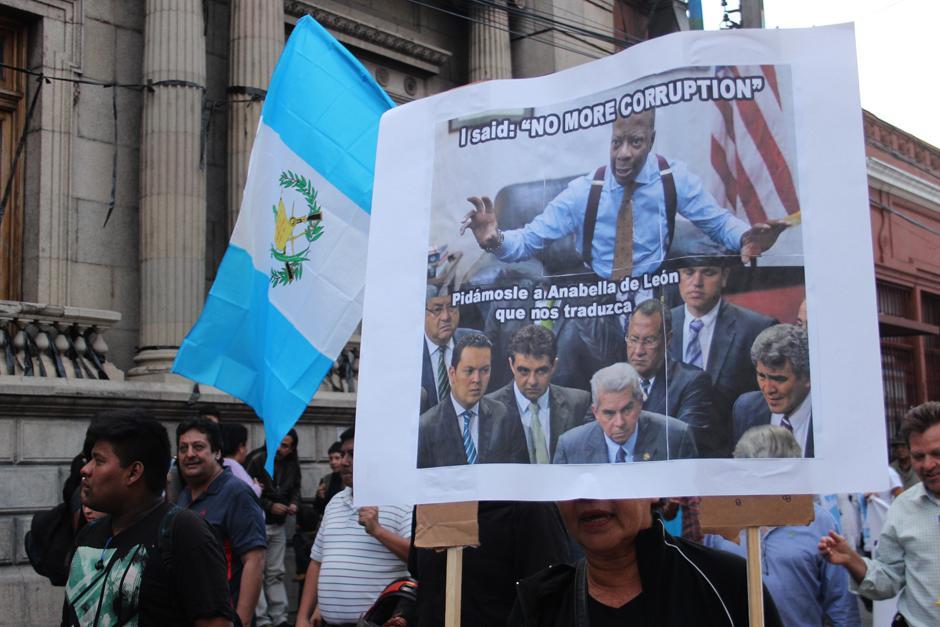 Como siempre, en las manifestaciones hubo carteles originales. (Foto: Alejandro Balán/Soy502)