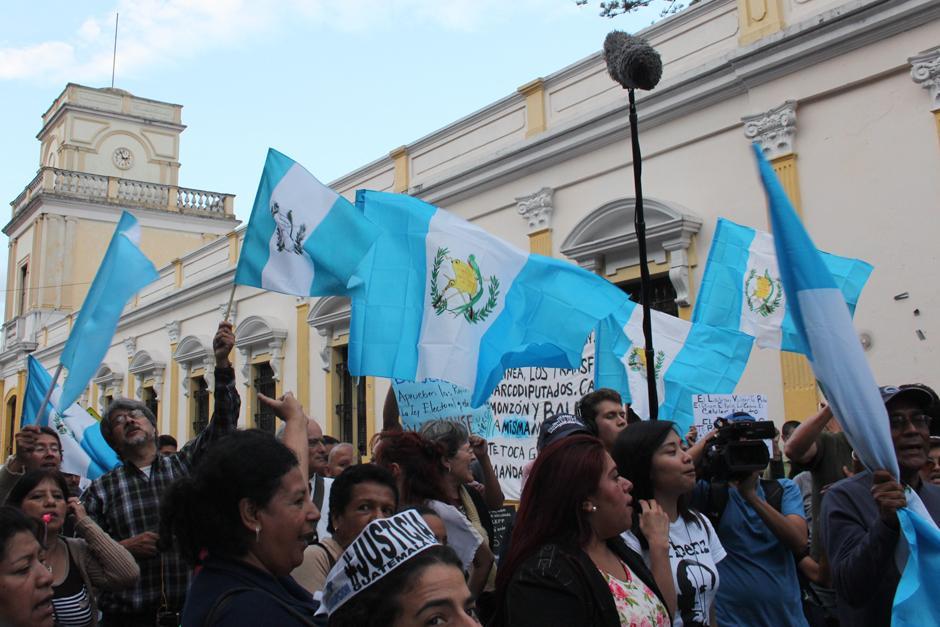 La mayoría de manifestantes llevaban la bandera de Guatemala. (Foto: Alejandro Balán/Soy502)