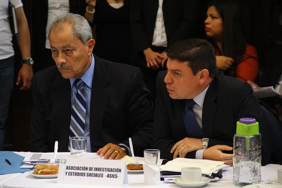 Carlos González y Pedro Prado, ambos analistas de ASIES, presentaron su propuesta de reducción al Presupuesto en más de 2 mil 400 millones de quetzales. (Foto: Alexis Batres/soy502)