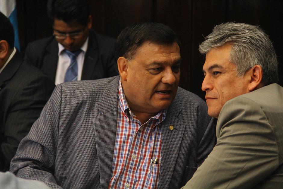 José Ramón Lam, de FCN, (derecha) y Carlos Herrera Quezada, diputado independiente y afin a Lider, conversan sobre el Presupuesto, durante la sesión se observaba que ambos compartían comentarios, sobre que los montos no son necesarios sino cómo se harán los gastos. (Foto: Alexis Batres/Soy502)