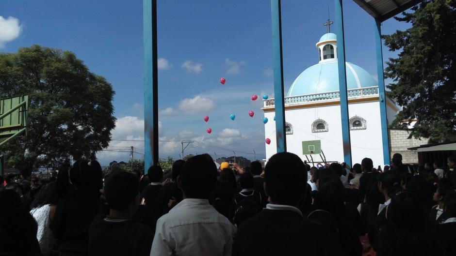 Se lanzaron diez globos en recuerdo de las víctimas. (Foto: Soy502)