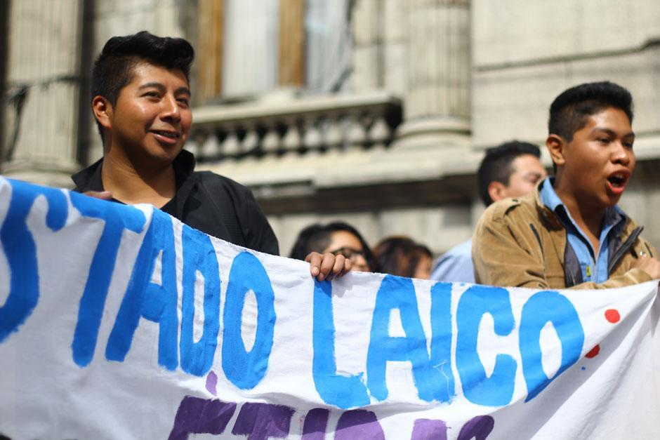 """""""Estado Laico"""", gritaban los jóvenes intengrantes de la AGHS, quienes manifestaron contra la iniciativa. (Foto: Alexis Batres/Soy502)"""