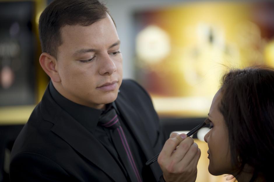David Ramos, maquillista de Colombia junto a una de las clientas que experimentó con las últimas tendencias de belleza.(Foto: George Rojas/soy502)