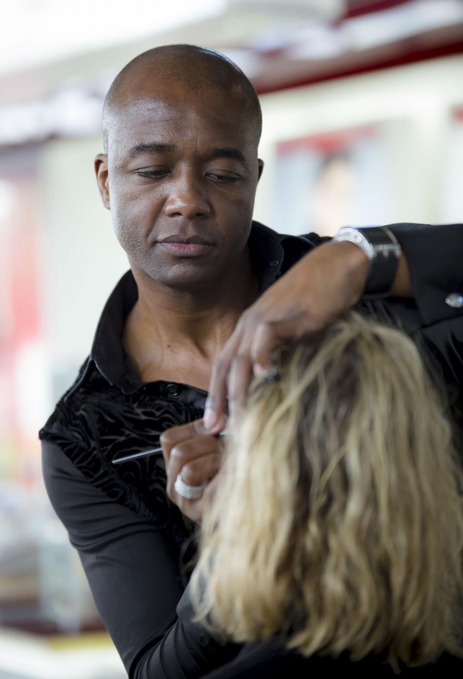 Aguinaldo Leandro, maquillista brasileño, durante la transformación de una de las clientes de Fetiche.(Foto: George Rojas/soy502)