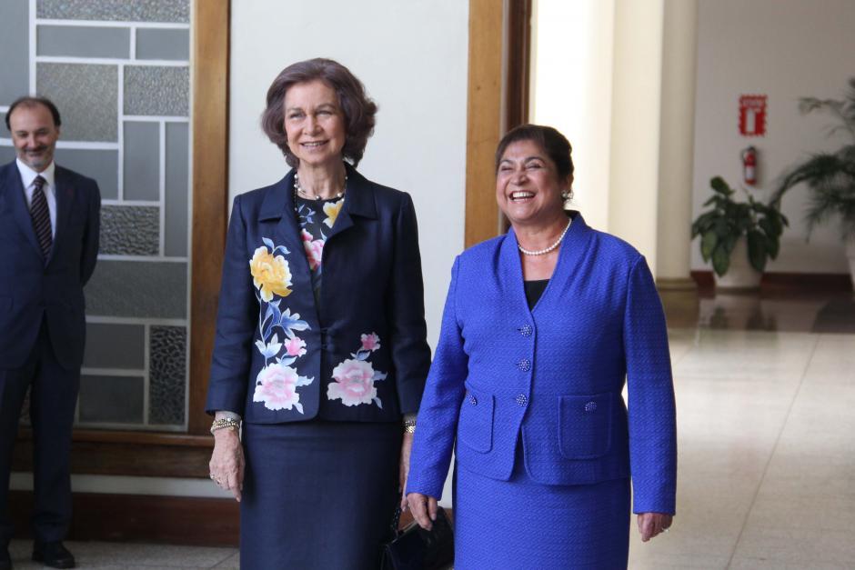 La primera dama, Rosa Leal, le dió un recorrido por las instalaciones de la SOSEP a la Reina Sofía para mostrarle el trabajo que se está realizando contra la violencia de género. (Foto: Antonio Ordoñez/Soy502)