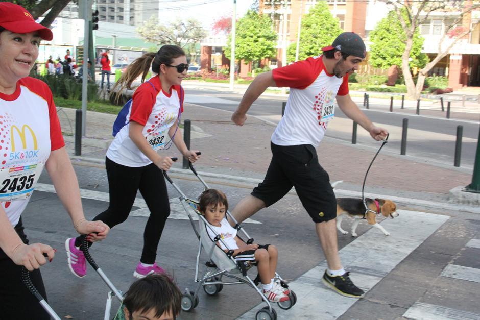 Familias completas se dieron cita en la primera edición de esta carrera. (Foto: Antonio Ordoñez/Soy502)