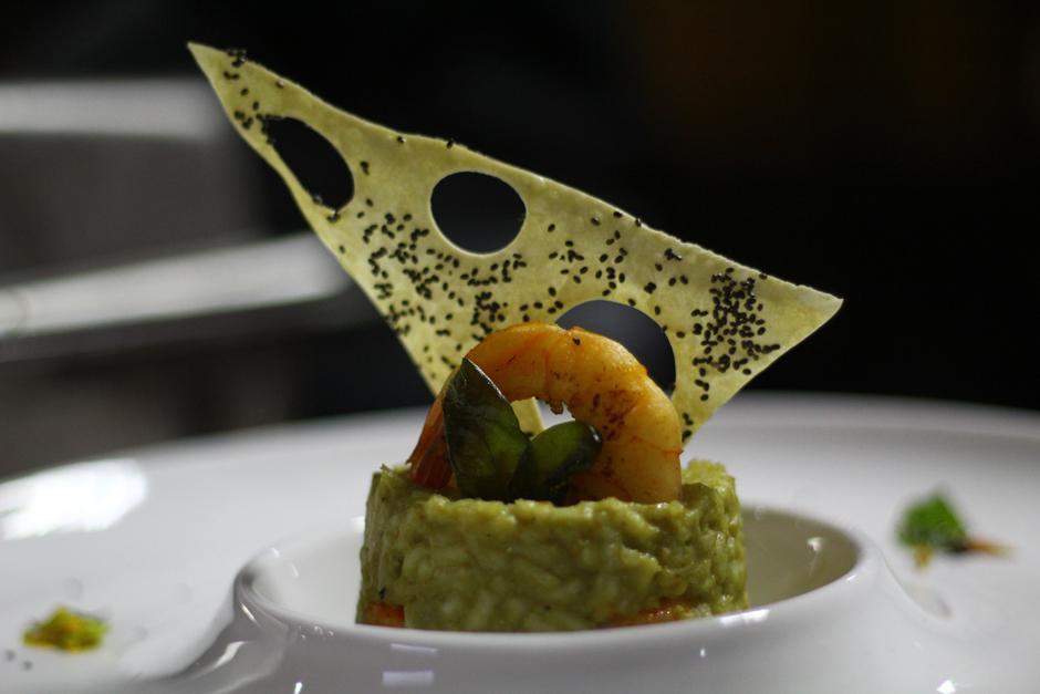 """""""Xocomil de arroz"""", es el nombre de este platillo que contiene chipilín, pescado y camarón seco, acompañado de una pasta con semilla de chan. (Foto: Alexis Batres/Soy502)"""