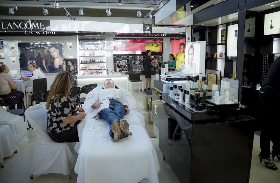 Los consumidores podrán experimentar con las nuevas tendencias de todas las marcas disponibles en tiendas Fetiche.(Foto: George Rojas/soy502)