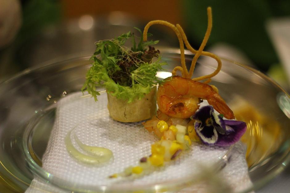 """""""Tentación del mar"""", este platillo exótico fue elaborado con camarón, calamar, mango, coco y un aderezo de queso parmesano, mayonesa y miel. (Foto: Alexis Batres/Soy502)"""