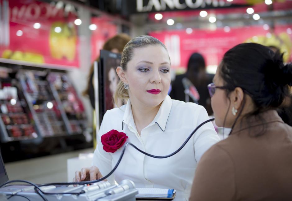 Adriana Segura, esteticista de Costa Rica, dando consejos y asesoría a las clientas.(Foto: George Rojas/soy502)
