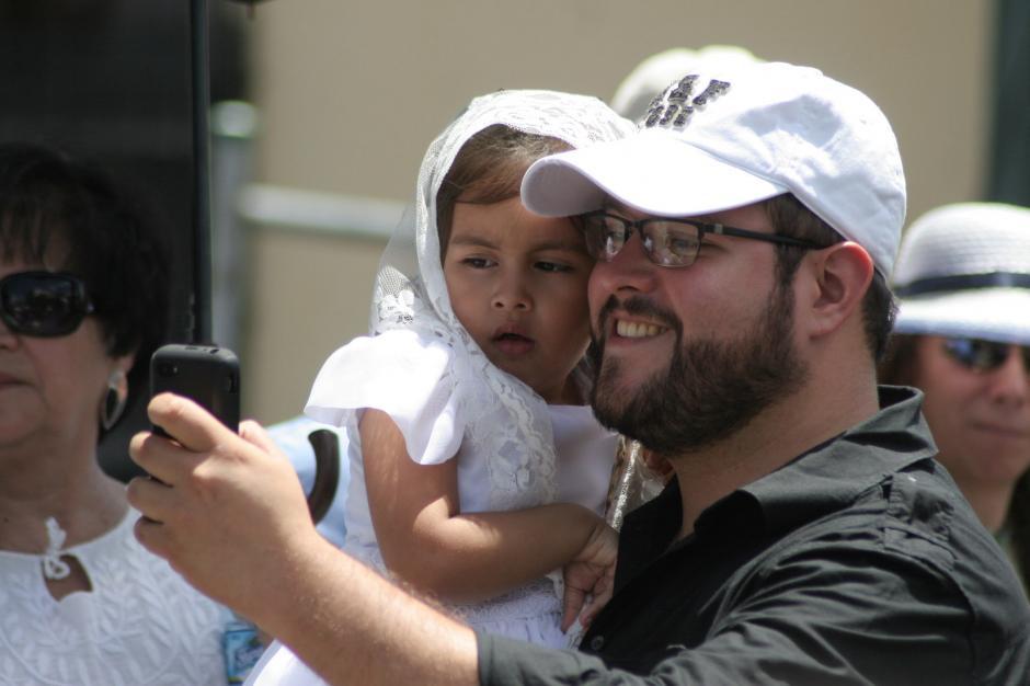 Los orgullosos padres de familia aprovecharon para la rigurosa selfie procesional. (Foto: Raúl Illescas/Soy502)