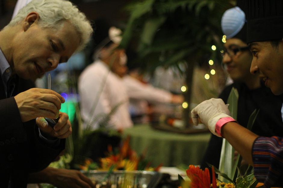 Los Chefs explicaban a los comensales los ingredientes de sus platillos. (Foto: Alexis Batres/Soy502)