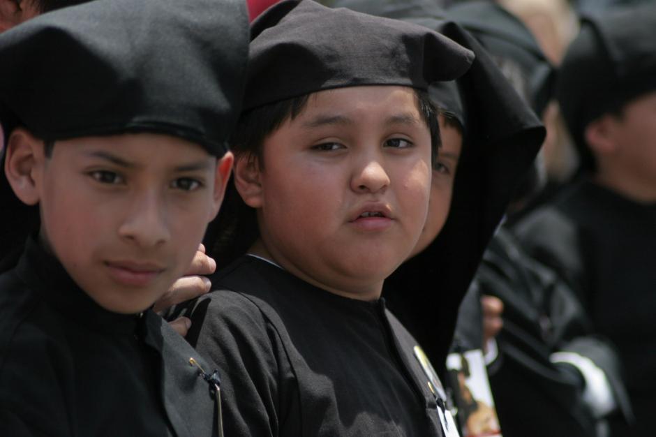 Los pequeños cucuruchos ataviados de riguroso luto empiezan desde temprana edad a tomar como propia esta tradición. (Foto: Raúl Illescas/Soy502)