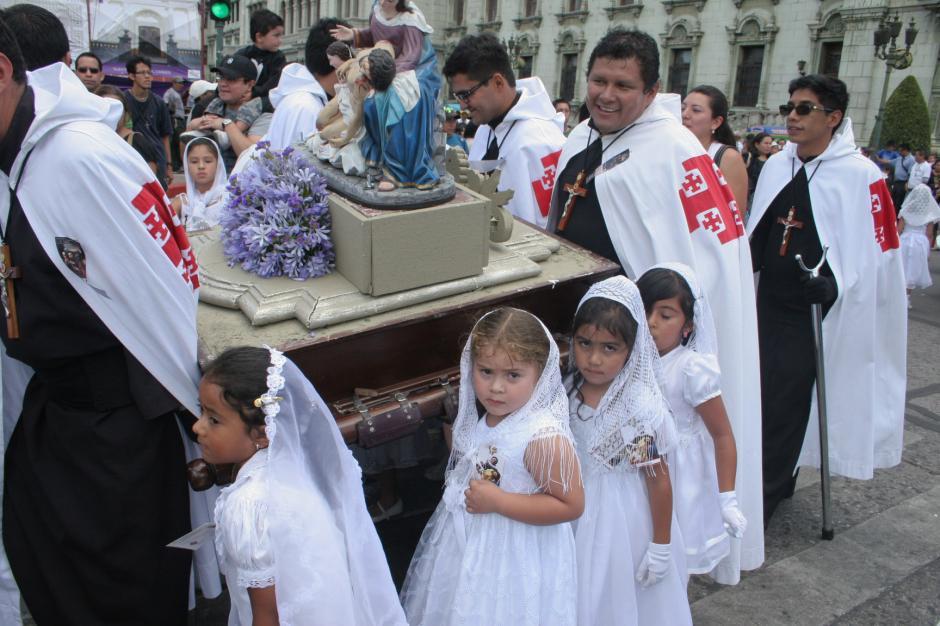 Las pequeñas cargadoras, se vistieron de ángeles para llevar en hombros a la imágen de la Vírgen María. (Foto: Raúl Illescas/Soy502)