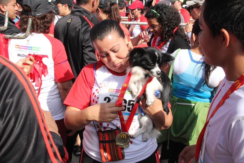 """En la carrera no faltaron los """"competidores peludos"""". (Foto: Antonio Ordoñez/Soy502)"""