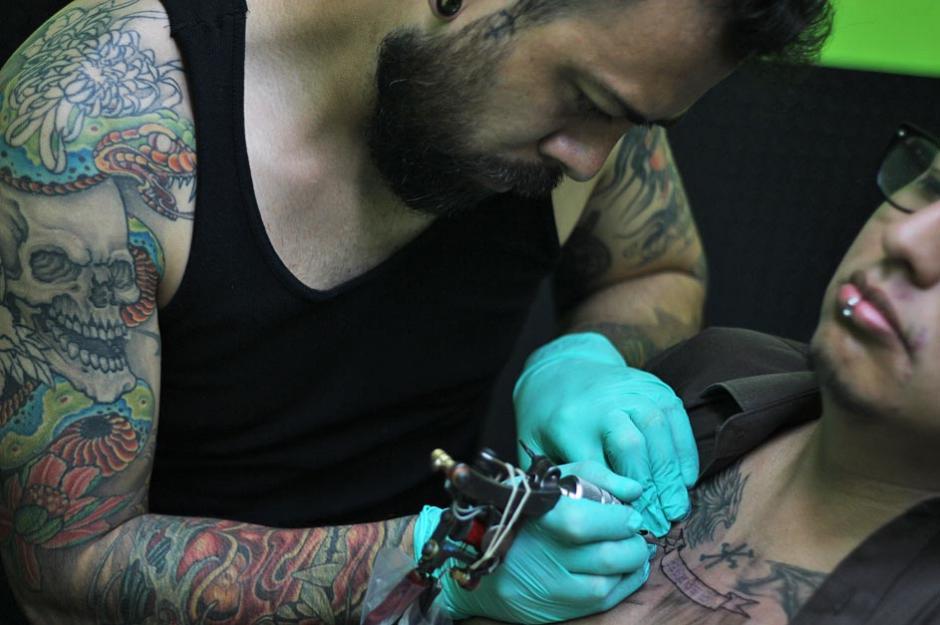 La cultura del tatuaje está creciendo en Guatemala y está dejando de ser un blanco de discriminación. (Foto: José Dávila/Soy502)