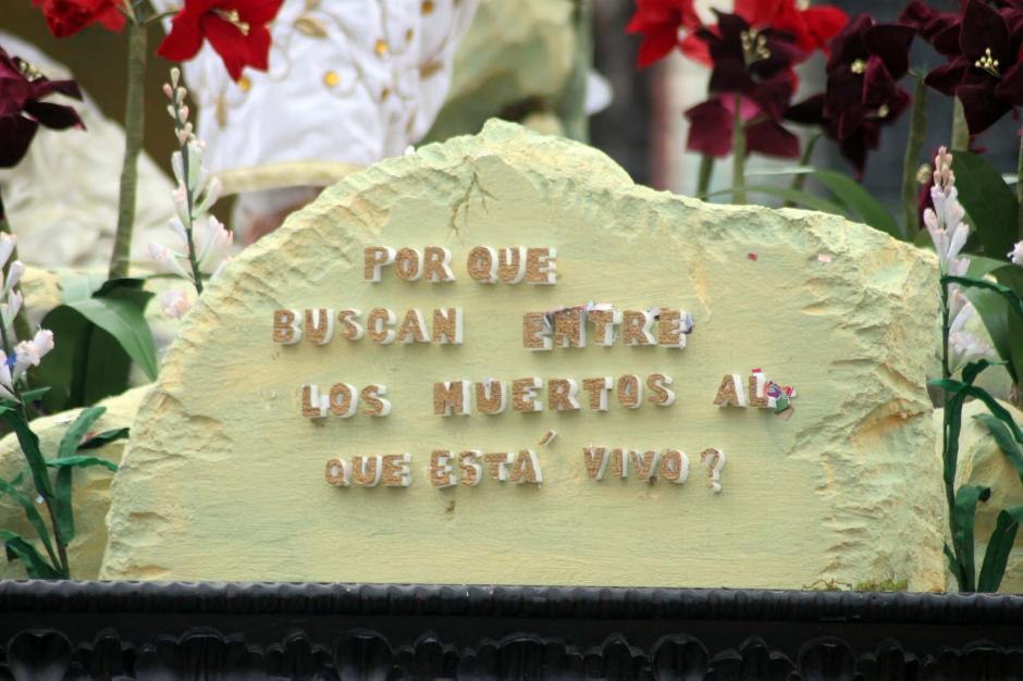 """""""¿Por qué buscan entre los muertos al que está vivo?"""", reza la leyenda en el anda del Jesús Resucitado. (Foto: Raúl Illescas/Soy502)"""