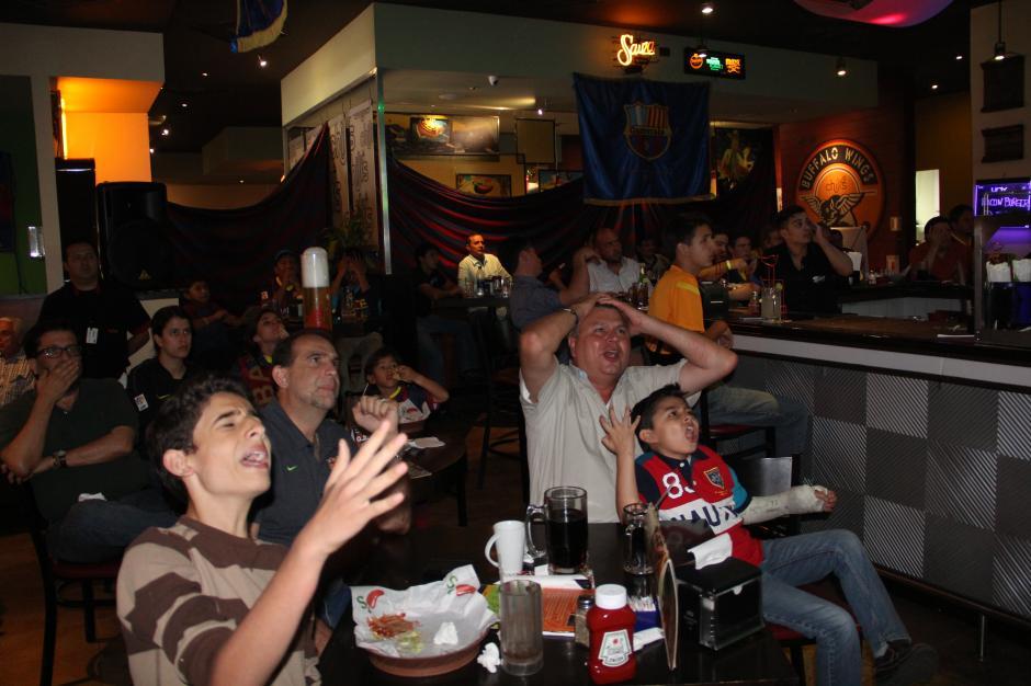 Emociones al extremo durante el partido, la derrota del gol y la victoria del penal dudoso fueron celebrados de esta manera. (Foto: Antonio Ordoñez/Soy502)