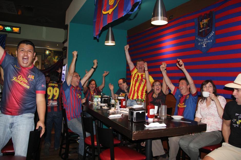 El segundo gol anotado por Lionel Messi despertó el entusiasmo en la Penña del Barcelona en el restaurante Chilli's en la zona 10 de la capital. (Foto: Antonio Ordoñez/Soy502)
