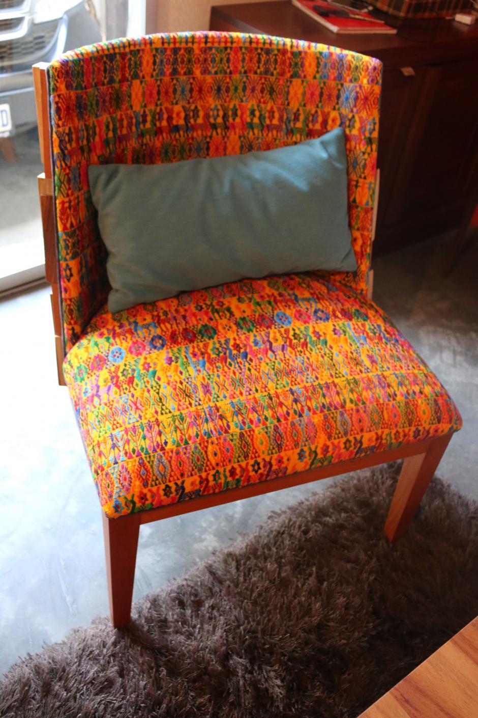 Fredy utiliza telas típicas para impregnar la cultura guatemalteca en los muebles que fabrica. (Foto: Agexport)