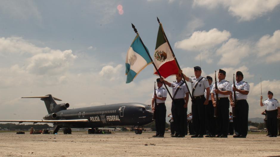 Los rescatistas mexicanos fueron despedidos con honores en la Fuerza Aérea Guatemalteca. (Foto: Alejandro Balán/Soy502)