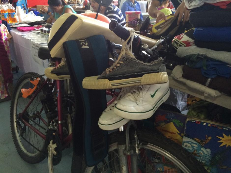 El primer intercambio fue entre una bicicleta y un cuadro. (Foto: Roberto Caubilla/Soy502)