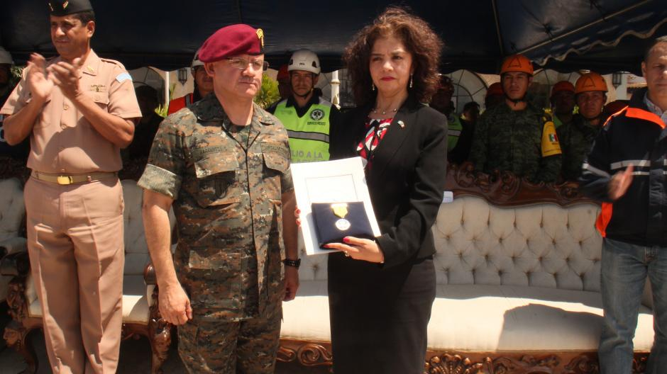 La embajadora de México recibió la medalla Monja Blanca entregada por Guatemala en agradecimiento al apoyo del vecino país durante la tragedia de El Cambray. (Foto: Alejandro Balán/Soy502)
