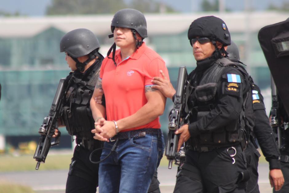 Jairo Orellana fue llevado hacia la Fuerza Aérea bajo un fuerte dispositivo de seguridad. Sin embargo, a diferencia de otras extradiciones, Orellana no era protegido con un chaleco de seguridad, únicamente por un casco. (Foto: Alejandro Balan/Soy502)