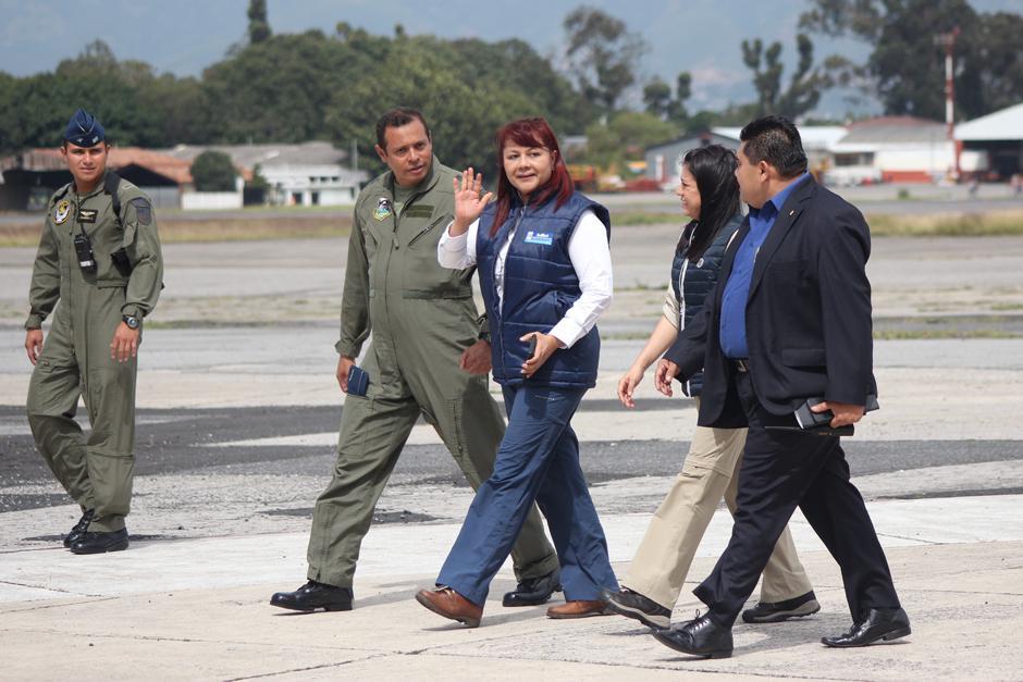 La ministra de Gobernación, Eunice Mendizábal, llegó a la Fuerza Aérea para supervisar la extradición de Jairo Orellana. (Foto: Alejandro Balán/Soy502)