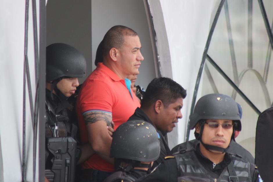 A su arribo a la Fuerza Aérea, Orellana observaba por última vez los alrededores del país antes de emprender el viaje para enfrentar la justicia estadounidense.(Foto: Alejandro Balan/Soy502)