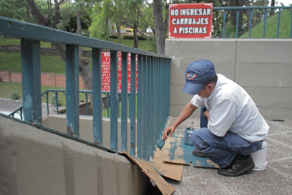 Los trabajadores se encargan de darle mantenimiento constante de las instalaciones de los parques de diversión.(Foto: Marcelo Jiménez/Soy502)