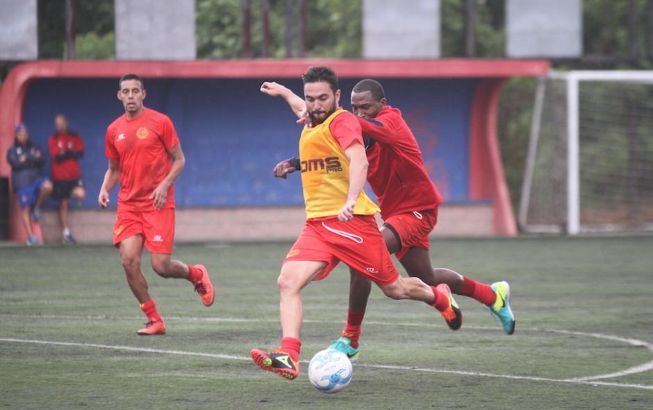 Kamiani ya tocó el balón en sus primeros entrenamientos con los Rojos. (Foto: Luis Barrios/Soy502)