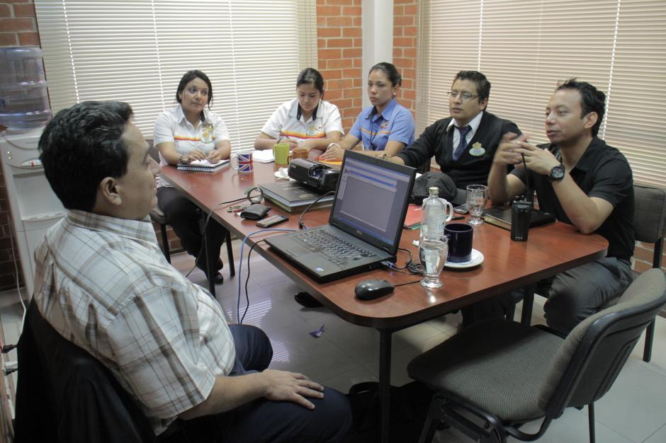 La directiva del Irtra Petapa realiza reuniones constantes para analizar el trabajo que efectúan cada día.(Foto: Marcelo Jiménez/Soy502)