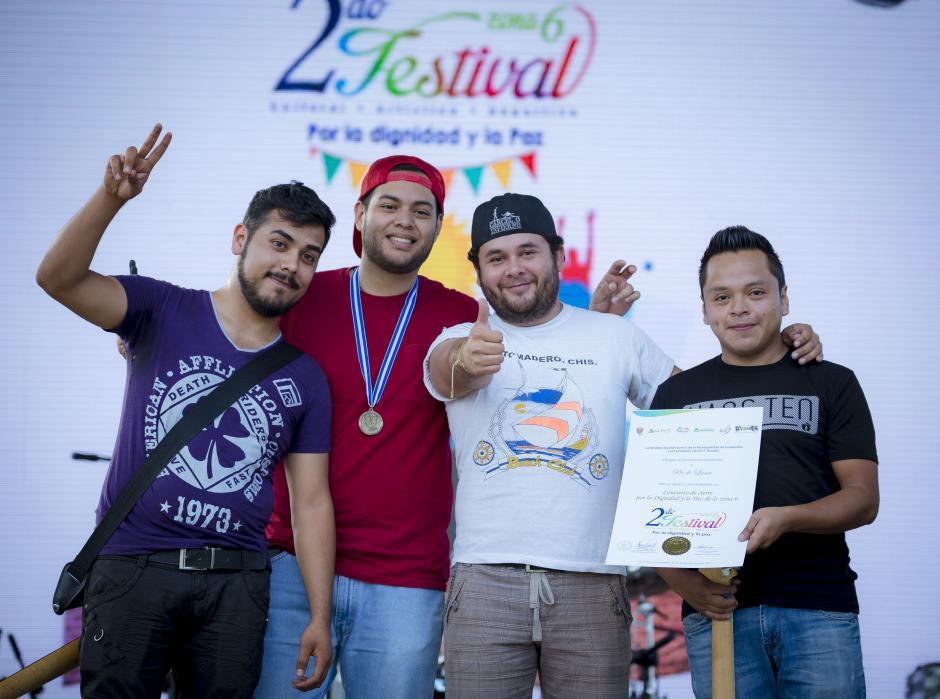 Pie de Lana, una de las agrupaciones participantes, recibiendo un reconocimiento por parte de los organizadores.(Foto: George Rojas/Soy502)