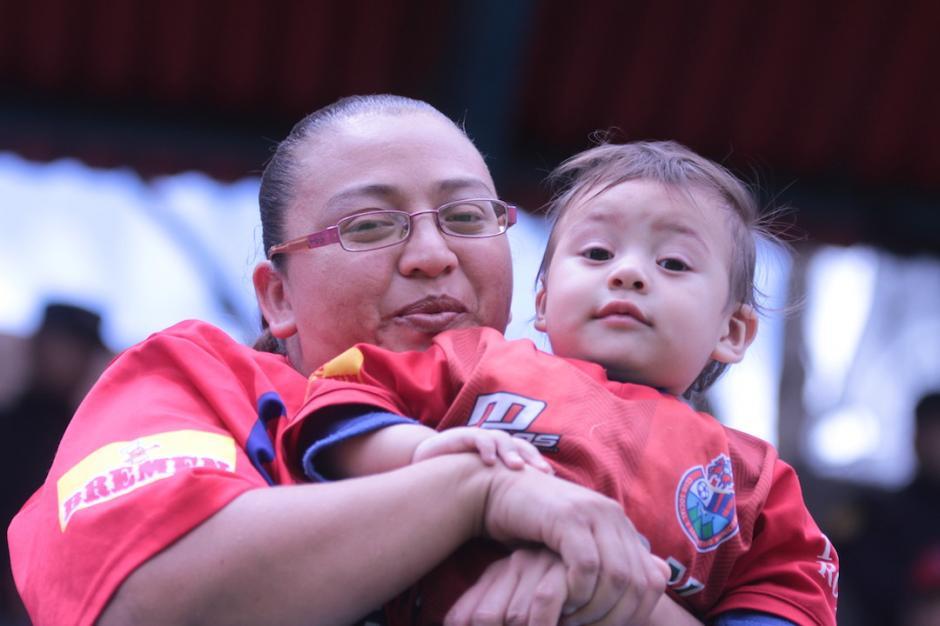 El estadio Manuel Felipe Carrera contó con la presencia de varias mujeres acompañadas de sus hijos. (Foto: Luis Barrios/Soy502)