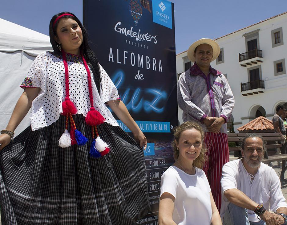 """Artistas del colectivo """"Chucho Callejero"""" crearon los 100 metros cuadrados de alfombra. (Foto: Soy502)"""