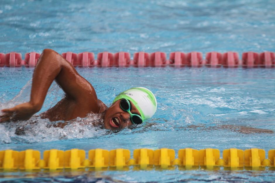 Largas horas en la piscina son parte de la vida de Rubén Granados. (Foto: Luis Barrios/Soy502)