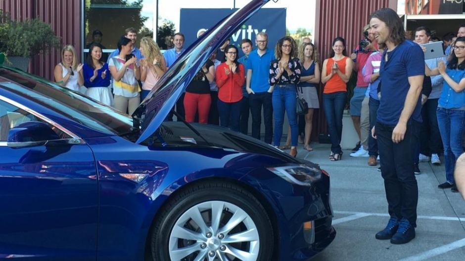 Así fue la sorpresa de Dan Price al recibir el auto de sus sueños como regalo de sus empleados. (Foto: Dan Price)