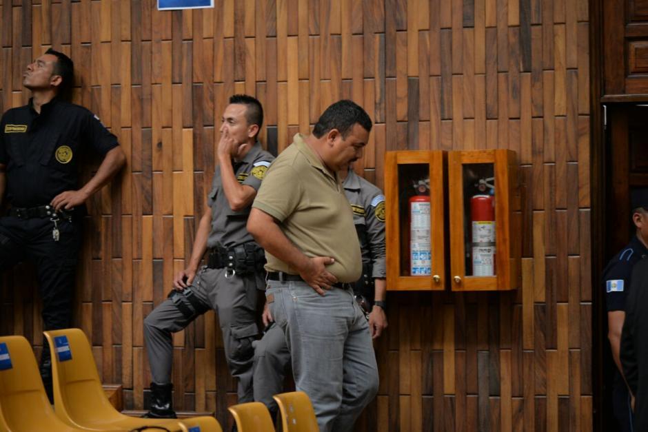 Uno de los implicados sale de la sala porque supuestamente tiene apendicitis. (Foto: Wilder López/Soy502)