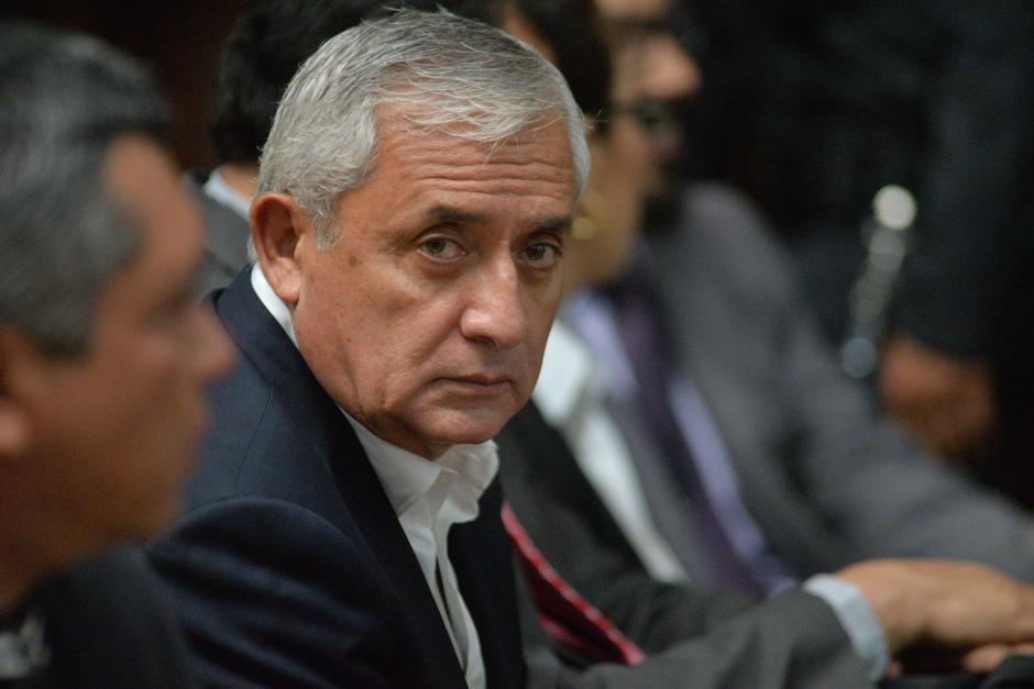 Otto Pérez Molina escucha atento las sindicaciones del MP en su contra. (Foto: Wilder López/Soy502)
