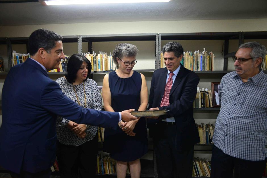 La familia Cuevas Juárez hace la entrega a Ilonka Matute, directora de la Biblioteca. (Foto: Jesús Alfonso/Soy502)