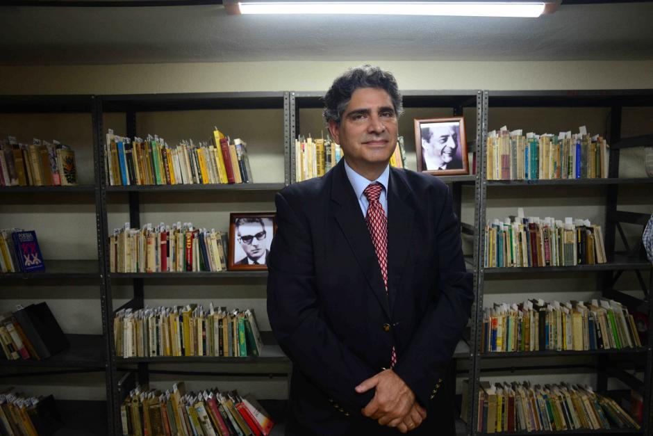 Rodrigo Cuevas Juárez, precursor de la idea entrega las obras. (Foto: Jesús Alfonso/Soy502)