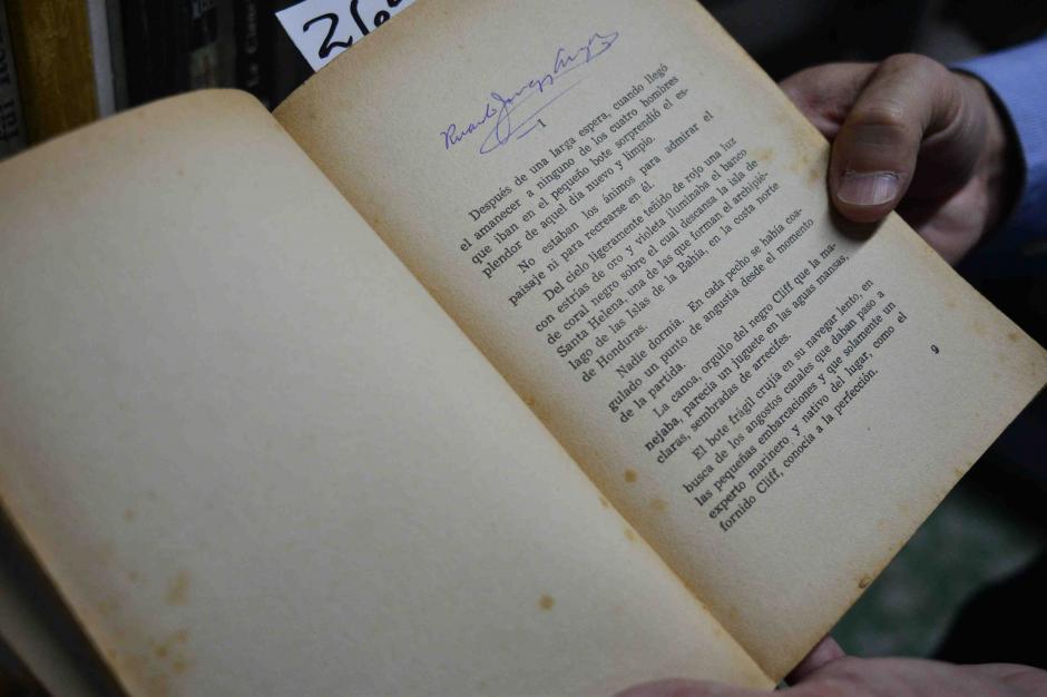 Este es un libro firmado por uno de los dueños de la colección. (Foto: Jesús Alfonso/Soy502)